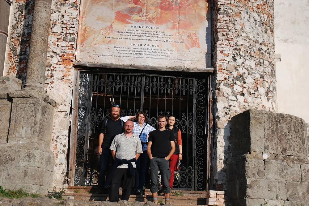 """Obr. 5 Badatelé """"neolitici"""" před Horním kostelem na vrchu Scharfenberg. Foto J. Švédová"""