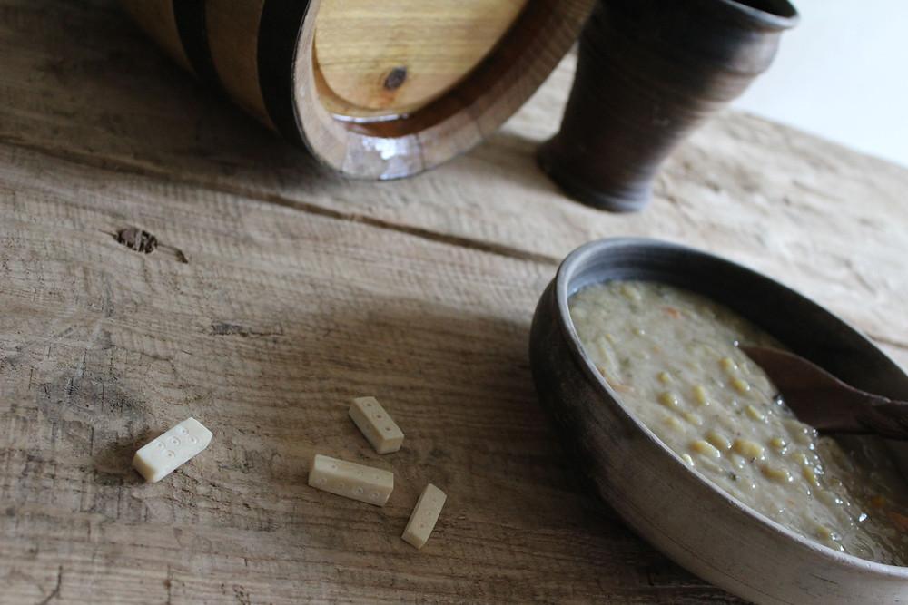 Medovina, rybí polévka a hra v kostky, základ dobrého chladného večera. Foto M. Maršálková