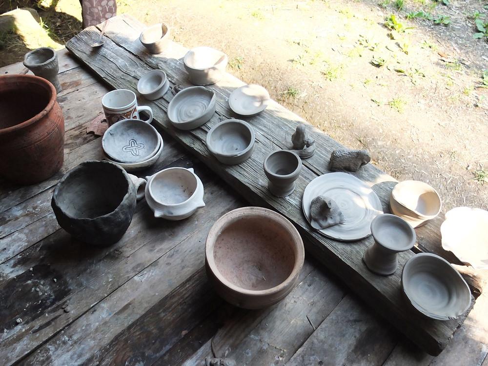 Keramika z hrnčířského kruhu připravená na výpal. Foto V. Puhačová