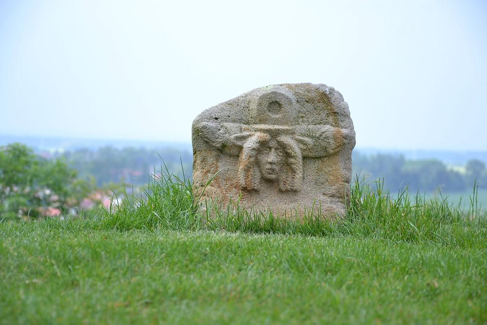 Menády z bronzového vědra střeží Stezku Markomanů. Foto T. Chlup