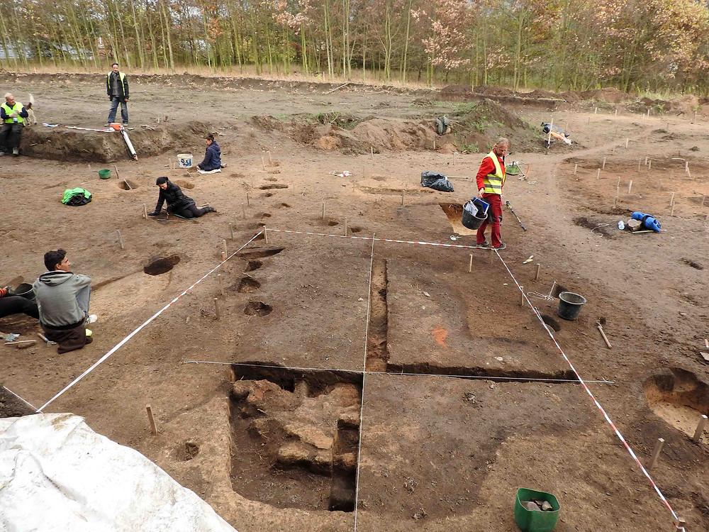 Pohled na plochu výzkumu s odkrytou polozemnicí. Foto archiv ÚAPPSČ