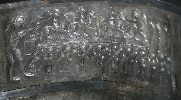 Zobrazení obětování pomocí topení v bronzovém kotli. Kotel z Gundestrupu. Zdroj viz Historyweb.sk
