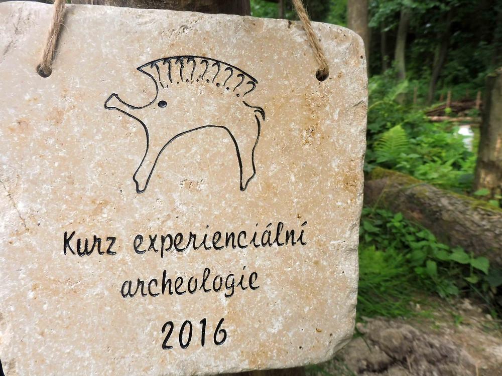 Kamenná pamětní deska, kterou zhotovila jedna z účastnic, Fany, studentka kamenosochařství. Foto V. Mikešová