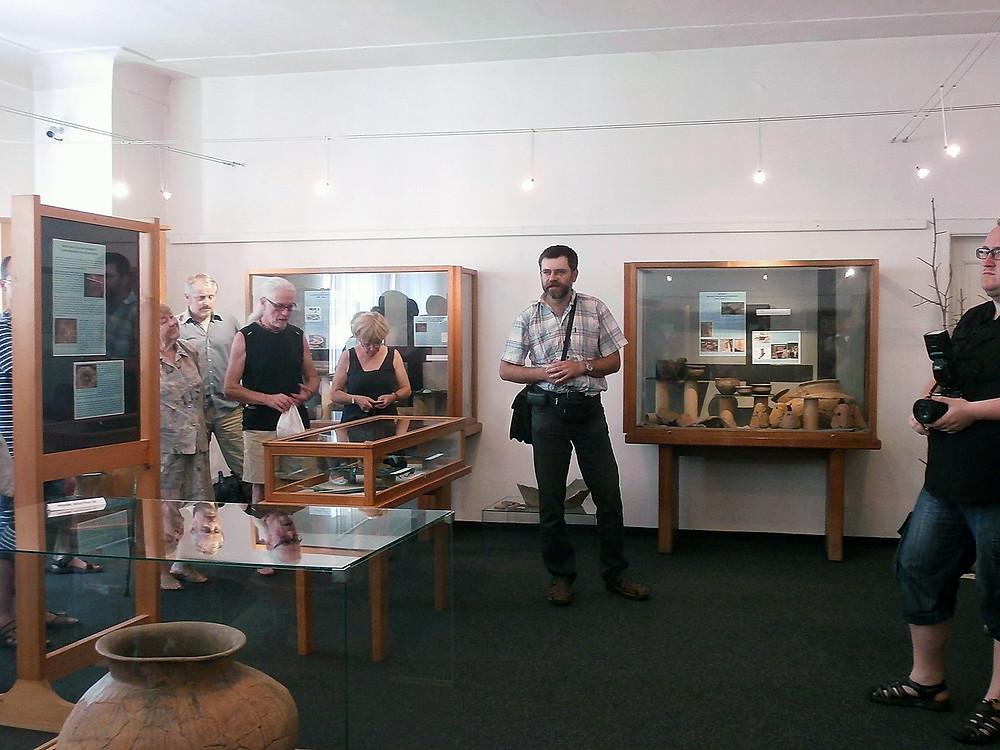 Ondřej Chvojka zahajuje výstavy Poklady doby bronzové. Foto V. Mikešová