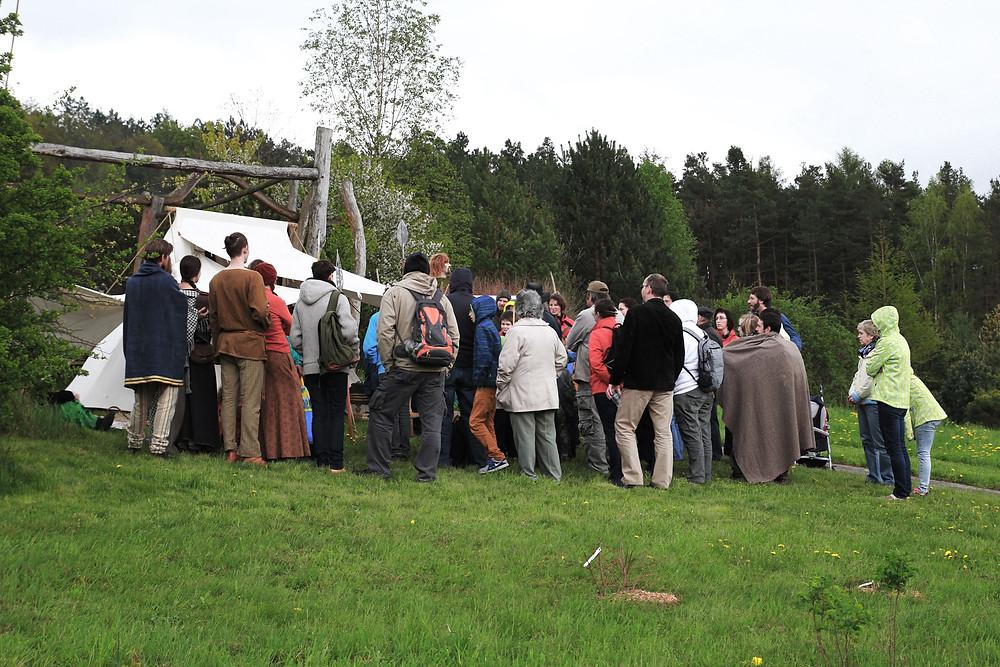Návštěvníci pozorně naslouchají přednášce o keltském válečnictví. Foto J. Lohnická