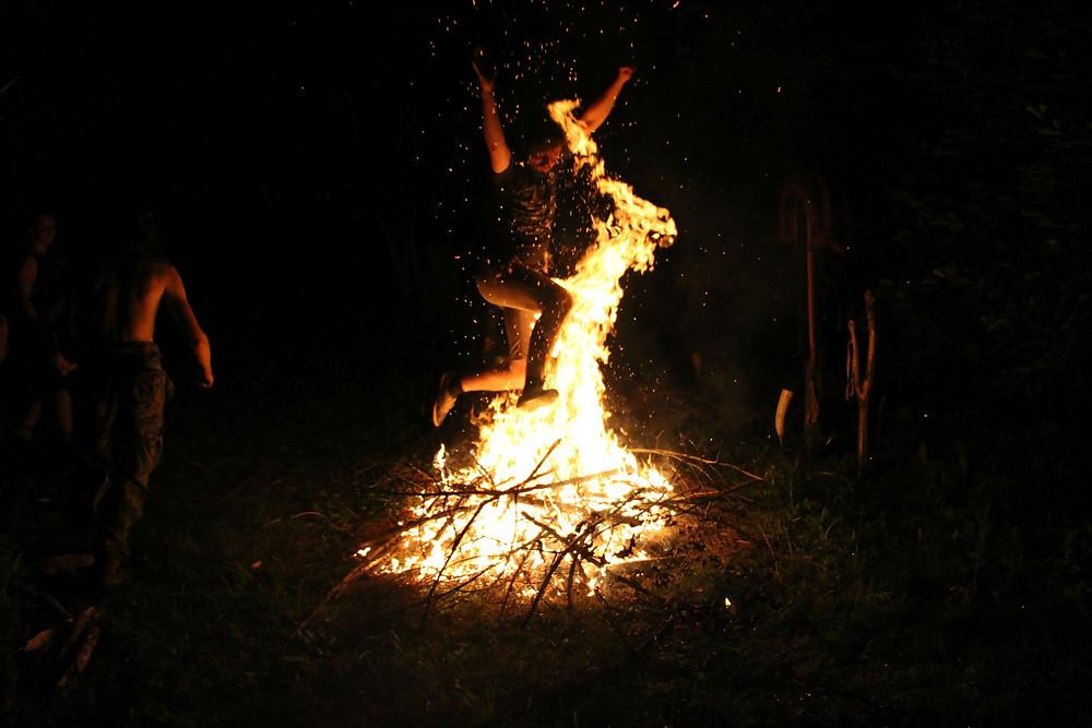 Odhoď svůj strach a projdi ohněm. Foto Bacrie