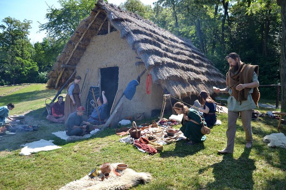 Rekonstrukce germánské chaty ze starší doby římské na Pičhoře u Dobřichova. Foto B. Petráň