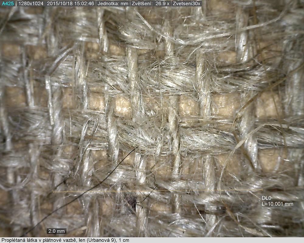 Proplétaná textilie z upředeného lnu, zvětšeno 30 x. Foto J. Korteová