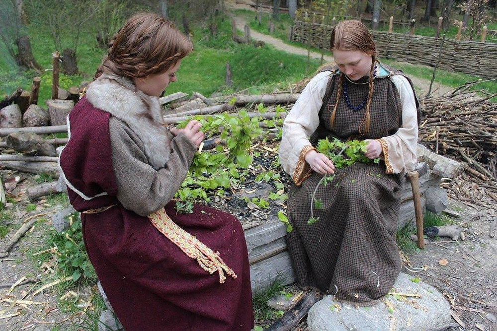 Keltské ženy při vití májových věnců. Foto D. Maršálek
