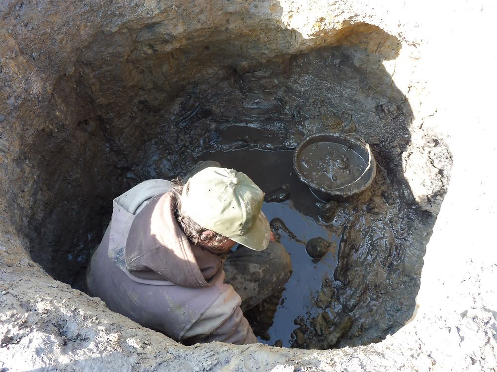 Odkrývání vrchních vrstev neolitické studny. Foto archiv ÚAPPSČ