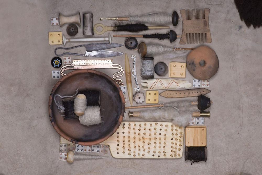 Repliky textilních nástrojů, používané v knize. Foto archiv K. Urbanové