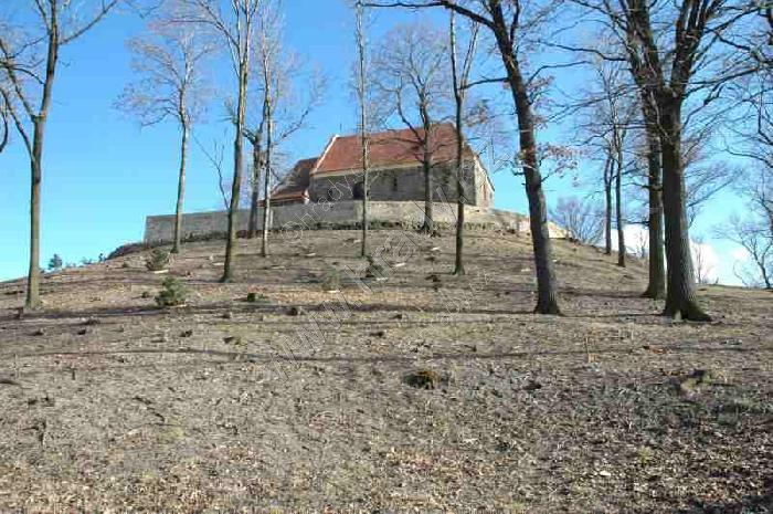 Kopec pod mochovským gotickým kostelem sv. Bartoloměje, (hrady.cz)