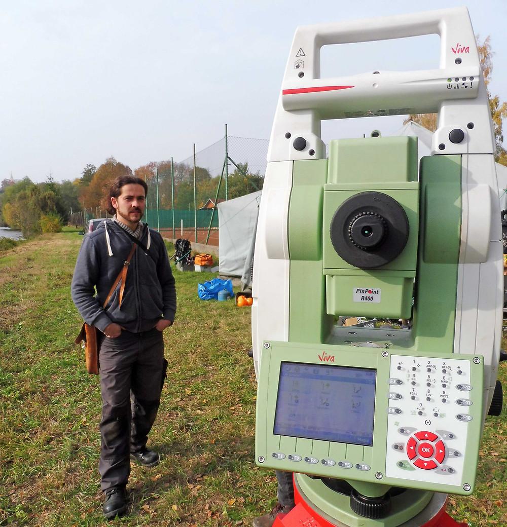 Ani podvodní výzkum se neobejde bez zaměřovací totální stanice a také vedoucího výzkumu lokality, Zdeňka Beneše. Foto M. Puhač