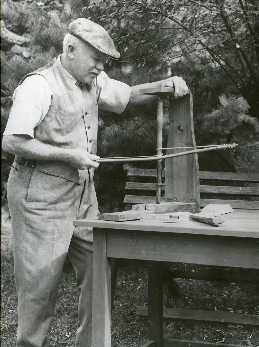 """""""Štorchův ohňostroj a vrtač kamenů (ruční nebozez ohňový), učebná pomůcka k rozněcování ohně vrtáním"""" – jeho vlastní experimentální nástroj, který sestrojil dle starších archeologických a etnografických nákresů a nabízel jej školám. Zdroj archiv dr. Sklenáře"""