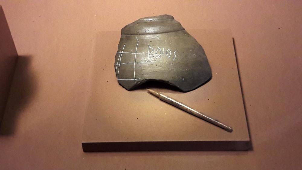 Jeden z nejslavnějších nálezů z Manchingu - střep s nápisem BOIOS