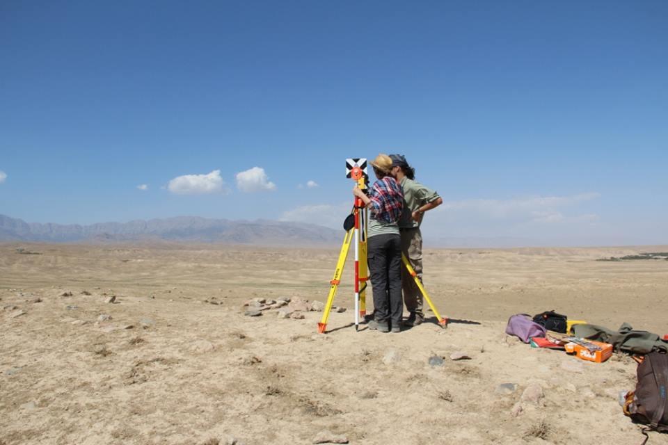 Zaměřování totální stanicí, s výhledem na hory. Foto Č. arch. expedice v Uzbekistánu