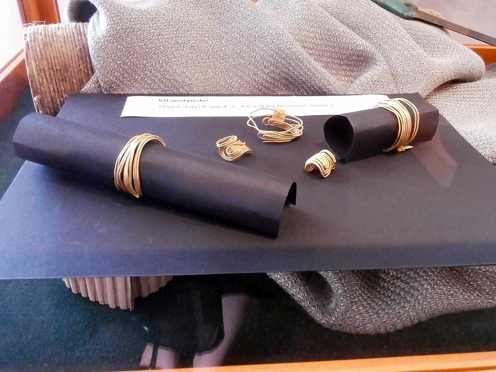 Zlatý drátěný šperk, místo nálezu však zůstalo raději utajeno. Foto V. Mikešová
