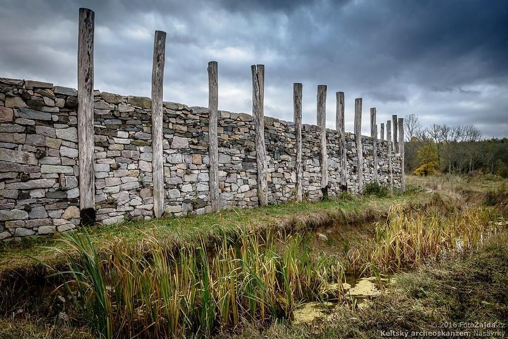 Kamenná hradba keltského oppida. Foto J. Zajda Zajíček