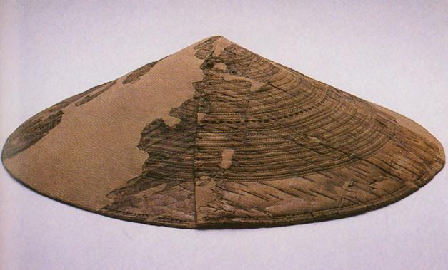 Fragmenty klobouku z březové kůry pocházející z Hochdorfu. Zdroj: Reeves 2015