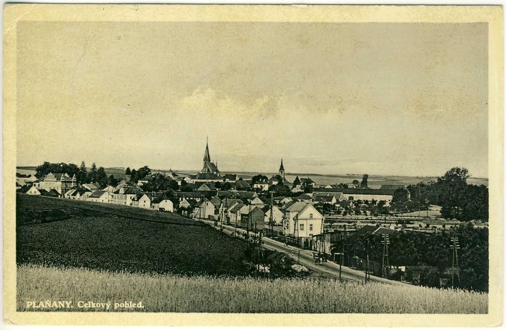 Historická fotografie nyní zkoumané plochy v Plaňanech. Patrné mírné návrší i terénní vlna.