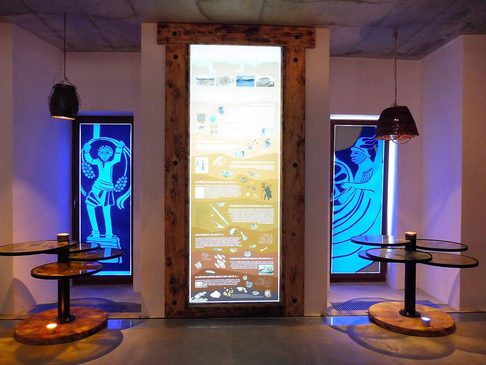 Pohled na jeden z informačních panelů obklopený zajímavými vizuálními prvky. Foto V. Mikešová