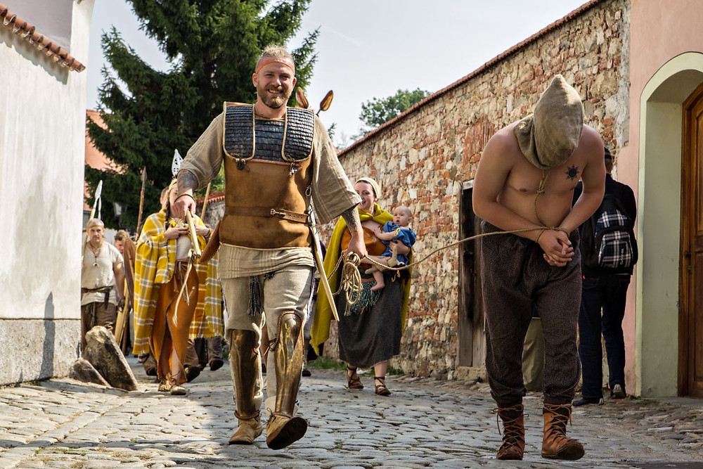 Průvod napříč věky míří do centra Krumlova, v popředí skýtský válečník a ženy z doby bronzové. Foto © J. Lohnická