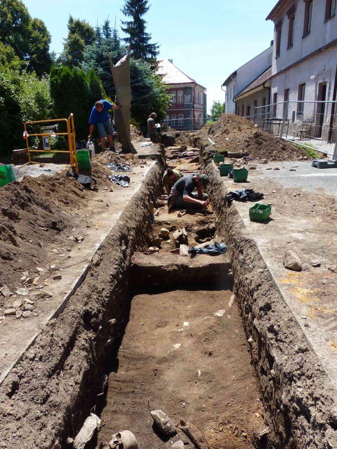 Obr. 1. Záběr na výzkum v rýze splaškové kanalizace v roce 2014 (foto Z. Beneš, 4.7.2014).