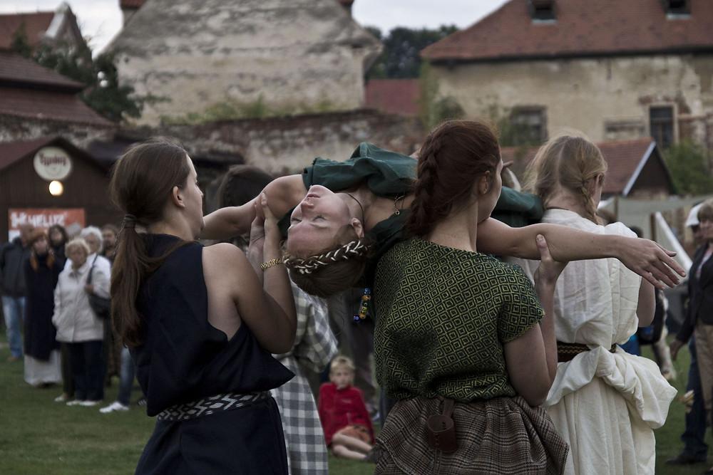 Pohřební tanec plný skutečných emocí. Foto J. Lohnická