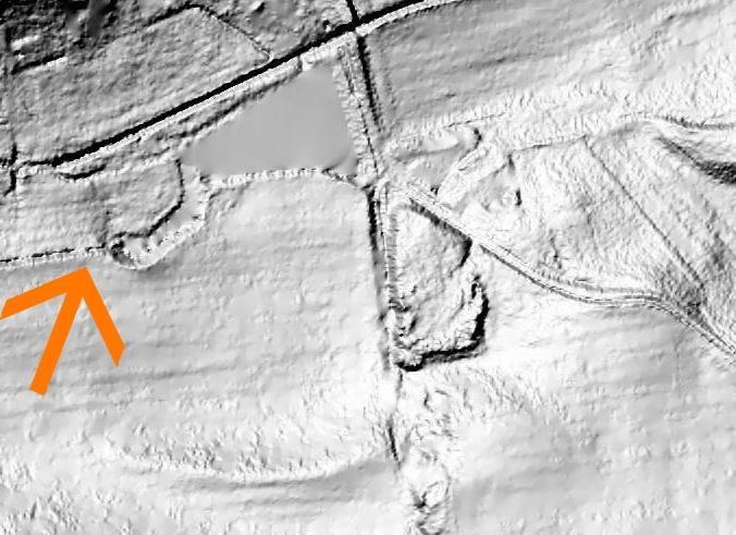 LIDARový snímek, který tento příkop potvrzuje. Za povšimnutí stojí i doposud opomíjené valovité těleso jižně od tvrze. (https://ags.cuzk.cz/dmr/)
