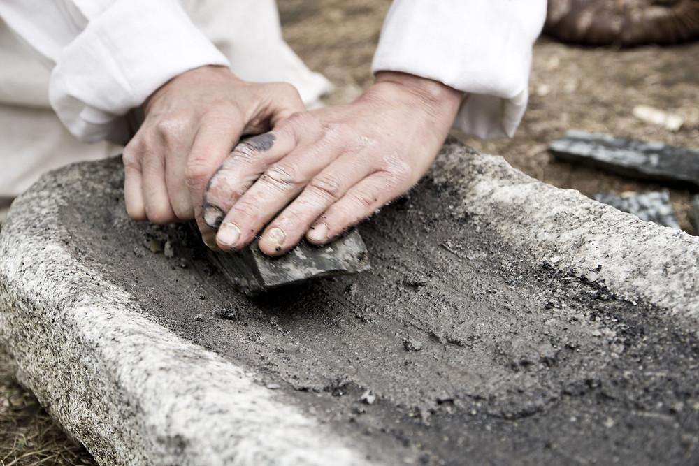 Výroba broušené industrie v pravěku je jedním z významných geoarcheologických témat. Na fotce vidíme výrobu broušené sekery. Foto J. Lohnická