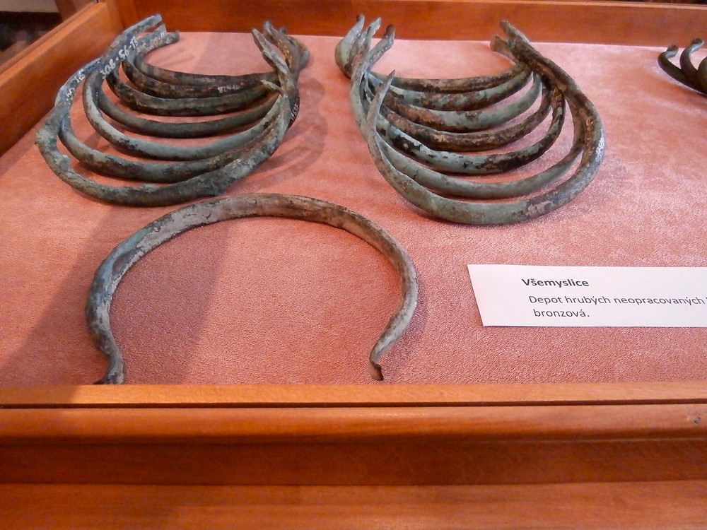 Depot bronzových hřiven z Všemyslic. Foto V. Mikešová
