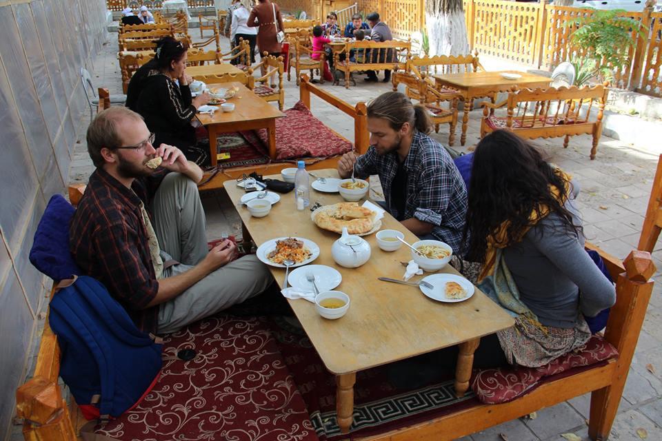 Středoasijská kuchyně patří rozhodně k silným zážitkům. Foto Č. arch. expedice v Uzbekistánu