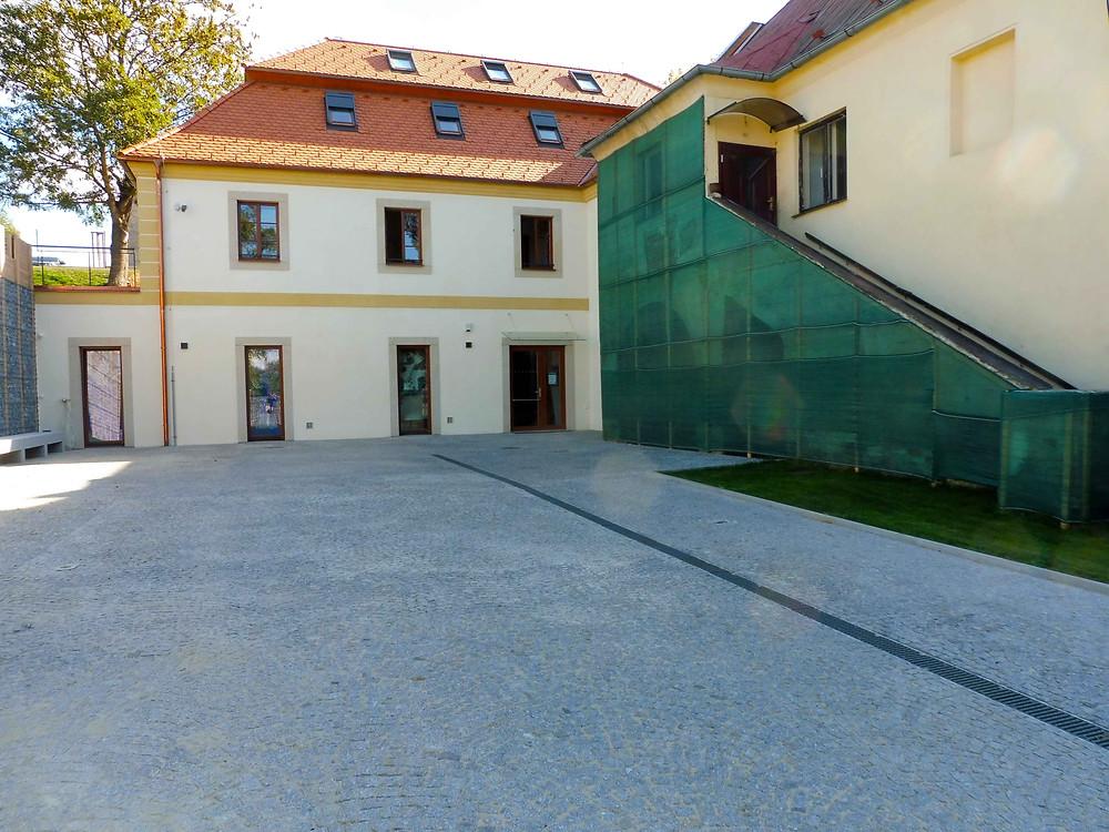 Nově zrekonstruovaná budova Regionálního informačního centra Dolní Břežany. Foto V. Mikešová