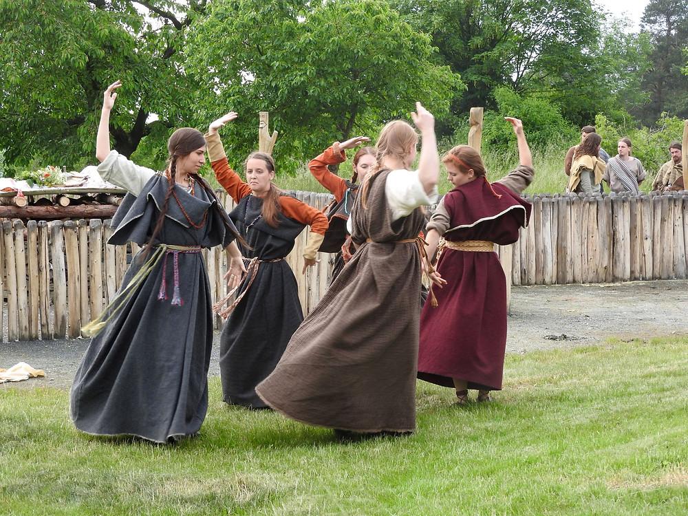 Ženy tančí na Sigiswertovu počest. Foto T. Chlup