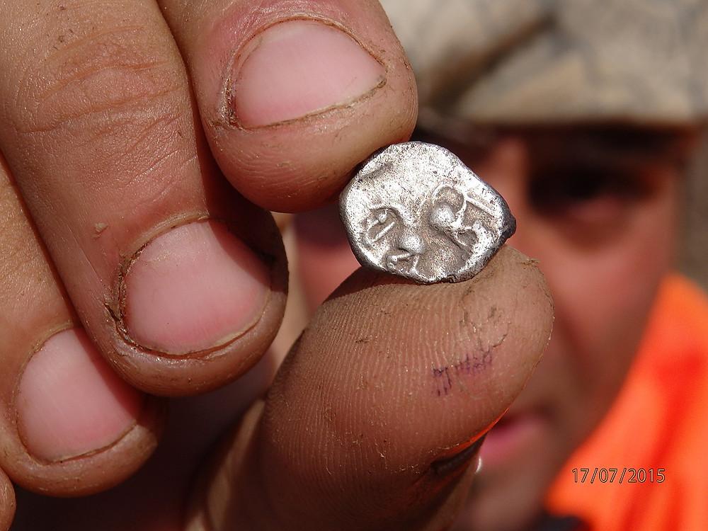 Nález mince s koníčkem. Foto T. Smrčka