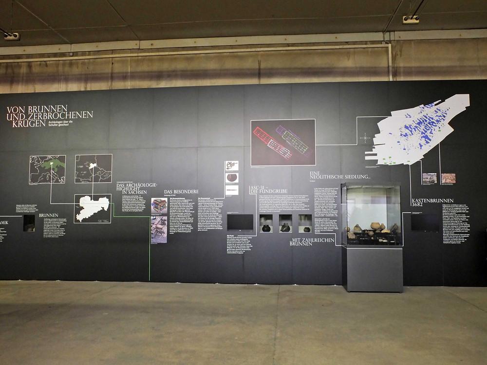 Prezentační panel v laboratorní hale v Großstolpenu. Foto V. Mikešová