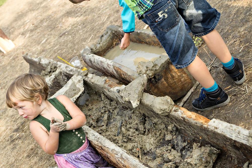 Děti byly z možnosti tvorby hliněných plastik jako vždy štěstím bez sebe. Foto © J. Lohnická