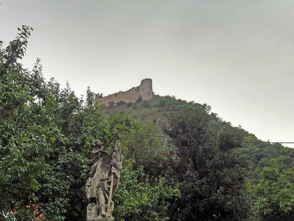 Dominanta Pálavy, hrad Děvičky na vrchu Děvíně. Pohled z návsi Pavlova. Foto V. Mikešová