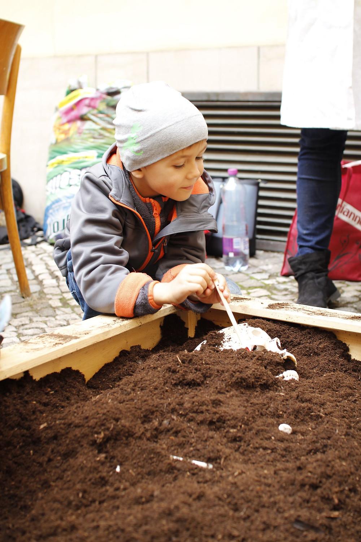 Dětská radost z archeologického výzkumu. Foto J. Lohnická