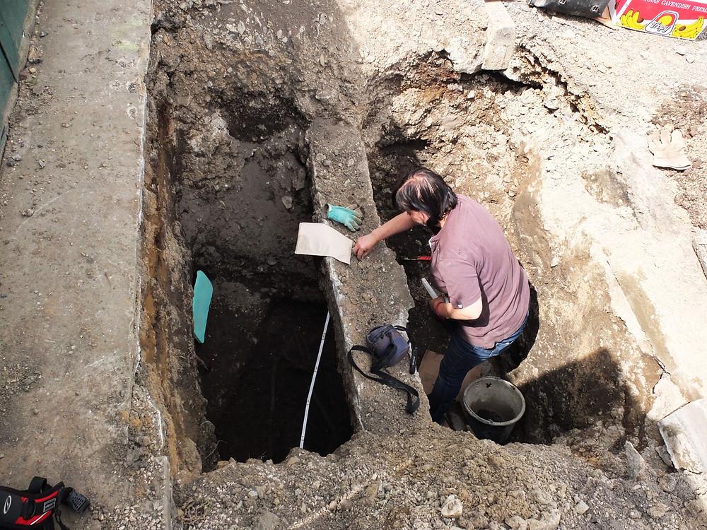 Archeoložka Dana Stolzová při výzkumu v Hlásné Třebani. Foto archiv ÚAPPSČ
