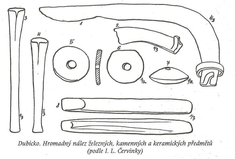 Depot železných nástrojů z Dubicka, mezi nimiž je i kosa a brousky.