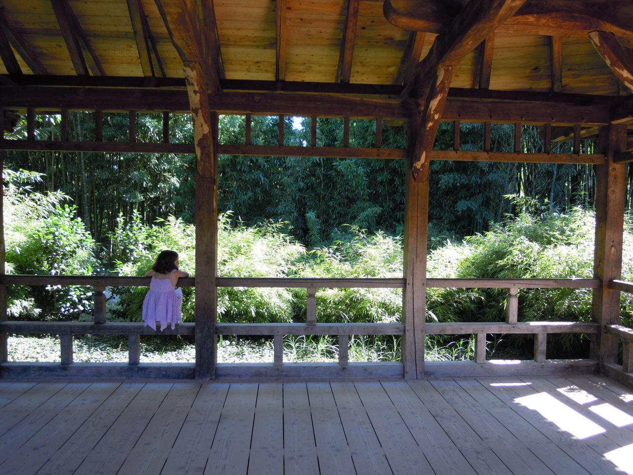 Petite fille sur un pont couvert