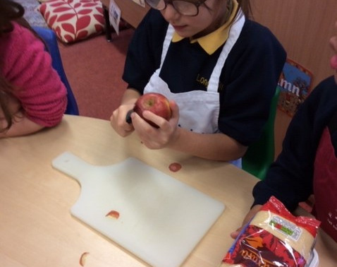 During DT Week Y3 Flamingos made a healthy apple and blackberry crumble.