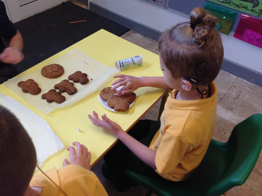 Y1 Hummingbirds joined our Puffins (Y2) to make gingerbread people.