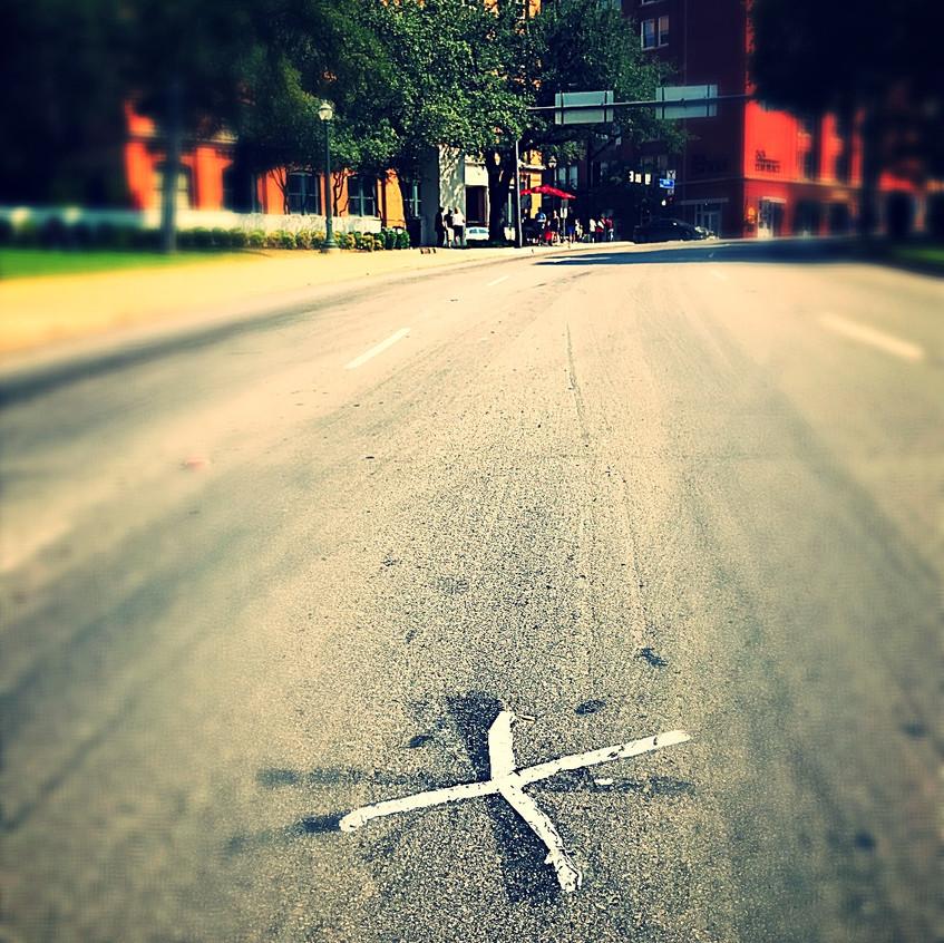 Croix indiquant lieu où JFK a reçu les balles