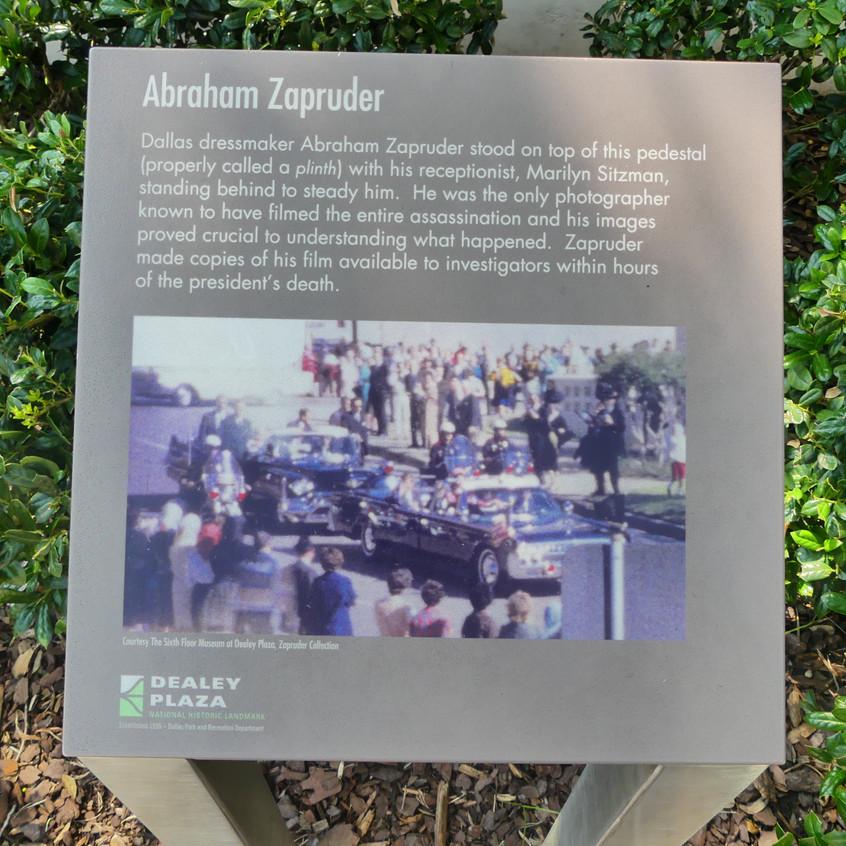 Stèle indiquant le lieu depuis lequel Zapruder a filmé JFK recevant les balles. C'est le film qu'on a tous vu