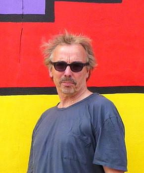 Framför mur i Berlin