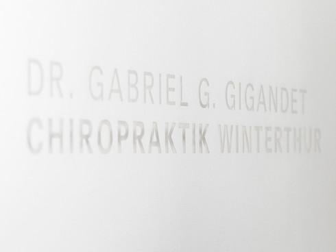 Schriftzug Dr. Gabriel G. Gigandet Chiropraktik Winterthur