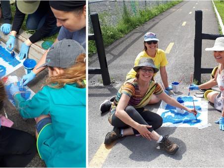 Des pochoirs dans les rues: le saumon à l'honneur