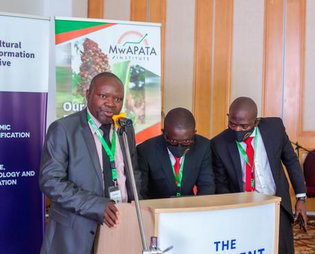MwAPATA team setting up presentations.jp